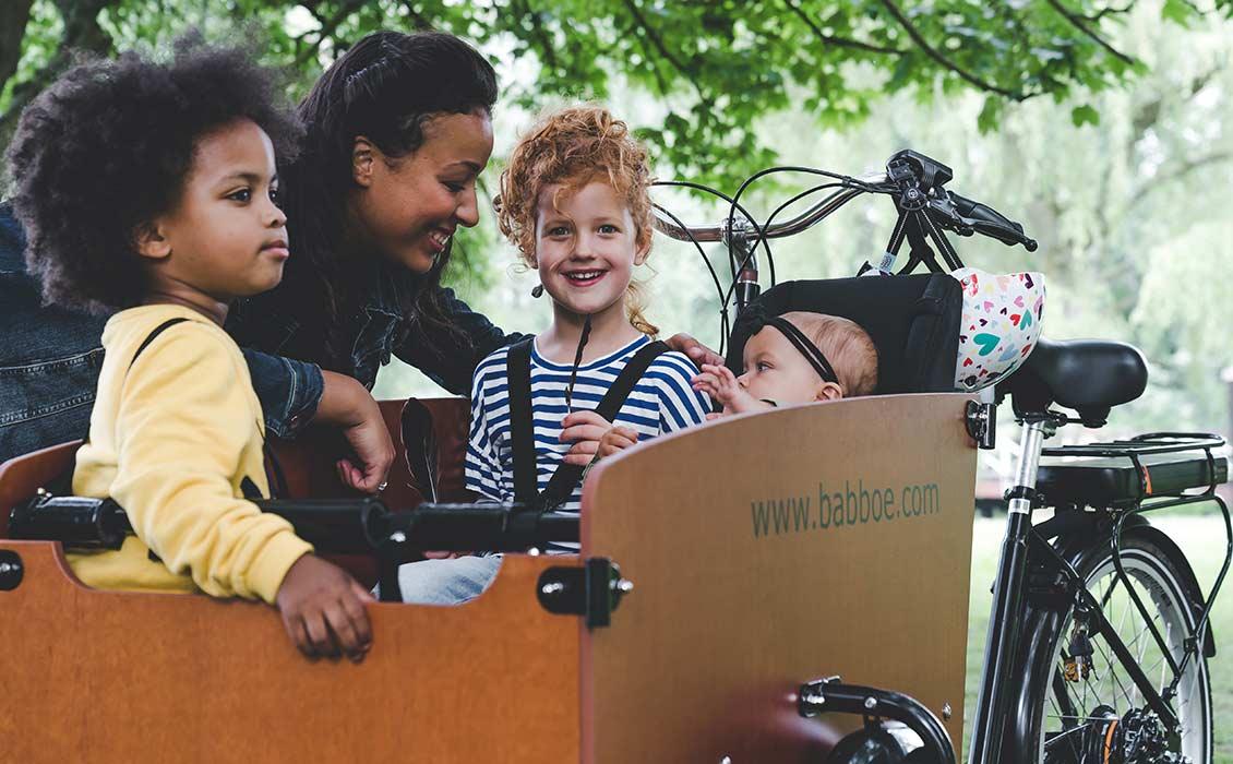 Les enfants vont dans le vélo cargo, pas sur le porte-bagages